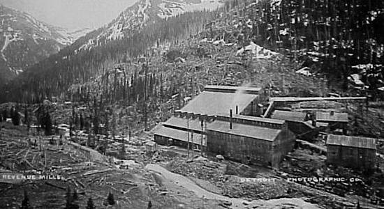 Historic photo of mining building in Yankee Boy Basin